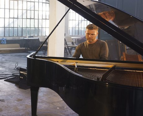 Gary Barlow plays piano